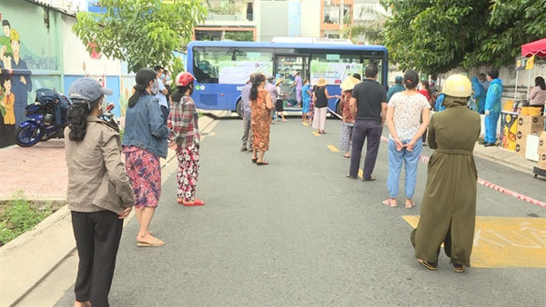 Buses sell vegetables around HCM City