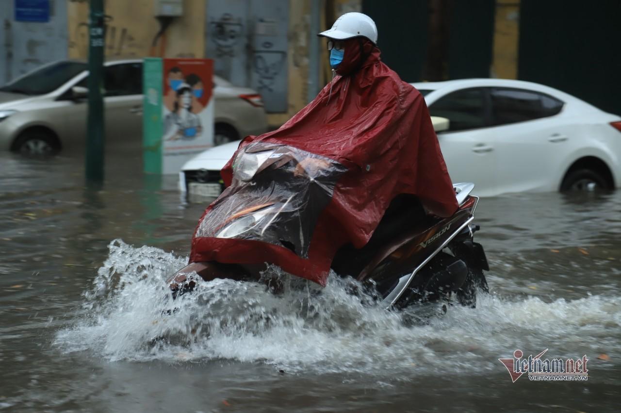 Mưa lớn gây ngập cục bộ ở Hà Nội, người dân bì bõm về nhà