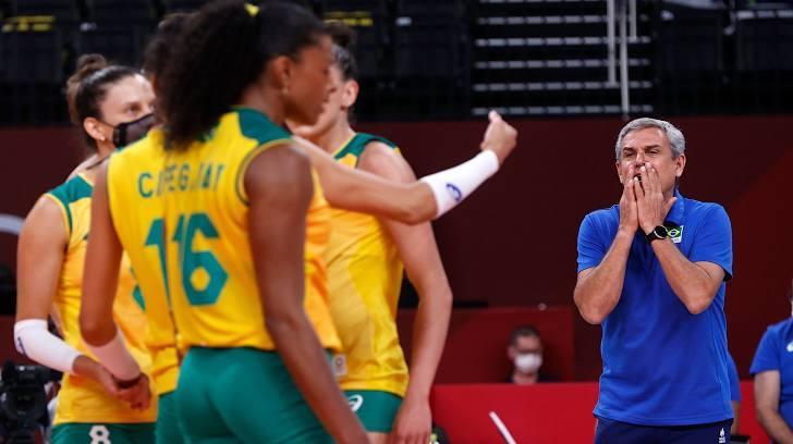 Nữ VĐV bóng chuyền Brazil vừa thi đấu vừa...đeo khẩu trang