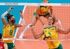 Nữ VĐV bóng chuyền Brazil vừa thi đấu vừa đeo khẩu trang