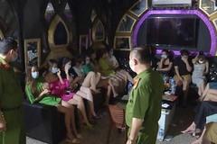Quán karaoke mở 'chui' cho 30 khách hát bất chấp lệnh cấm