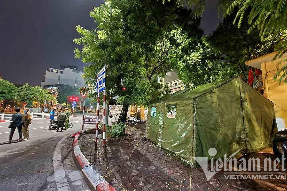 Đêm trắng của lực lượng trực chốt kiểm soát phòng dịch Covid-19 ở Hà Nội