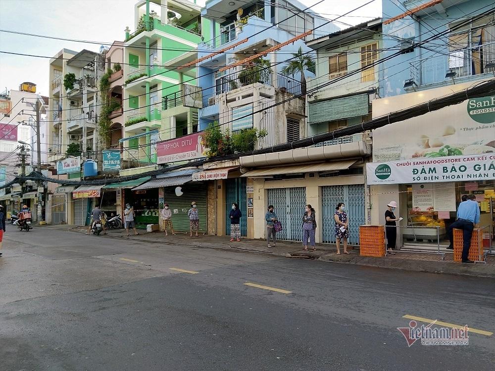 6 giờ sáng xếp hàng mua bó rau: Người Sài thành quen nếp mới