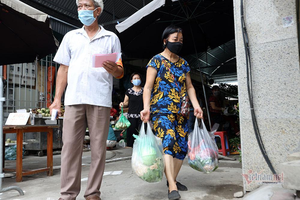Hà Nội: Cầm thẻ, căn giờ, bịt kín ra chợ, mua nhanh về liền