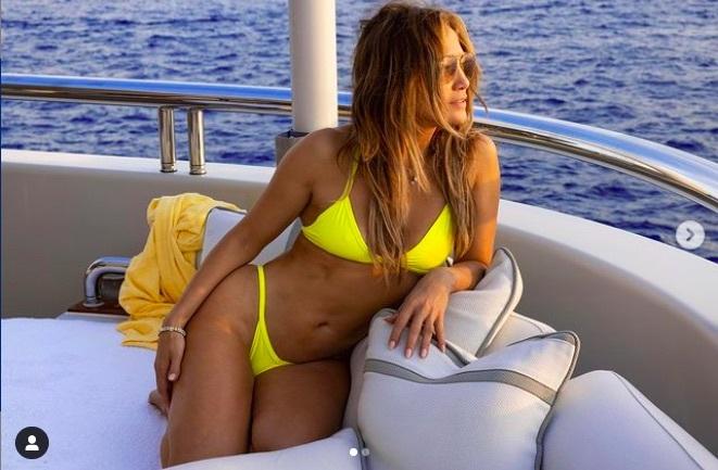 Jennifer Lopez diện bikini nóng bỏng trên du thuyền 130 triệu USD