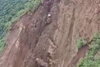 Xem khoảnh khắc núi lở, sập đường kinh hoàng ở Ấn Độ
