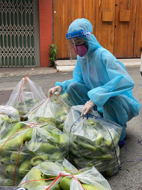 Khánh Vân, Kim Duyên phát thực phẩm cho sinh viên, gia đình nghèo