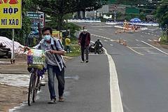 Nhiều người giúp đỡ 2 anh em đi bộ từ Bình Dương về Đắk Lắk tránh dịch