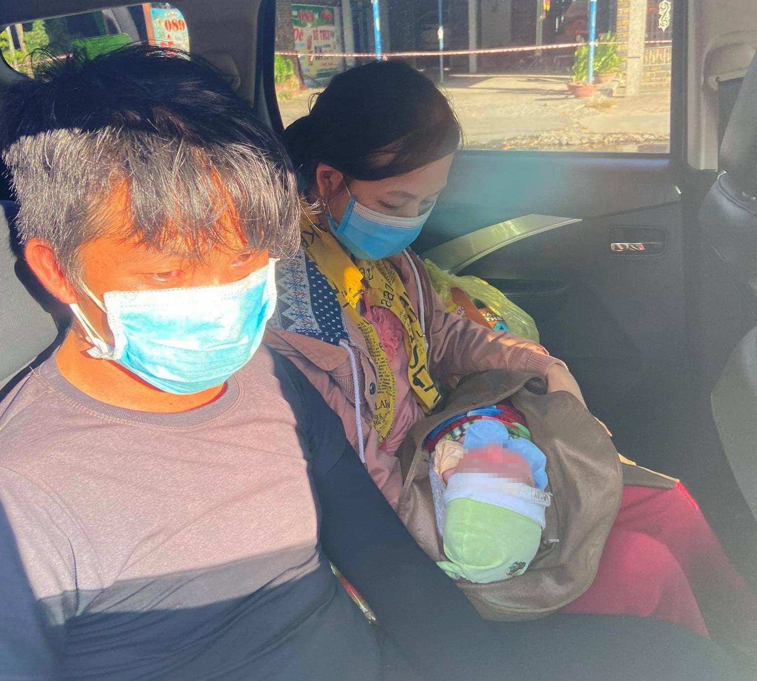 Bé sơ sinh cùng cha mẹ về quê bằng xe máy được người Đà Nẵng giúp đỡ