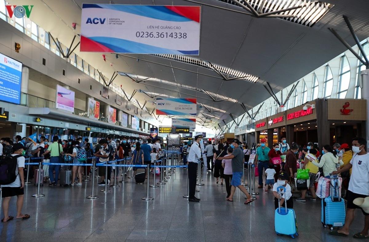 Áp giá sàn vé máy bay: Tước quyền của khách hàng, vi phạm Luật Cạnh tranh?