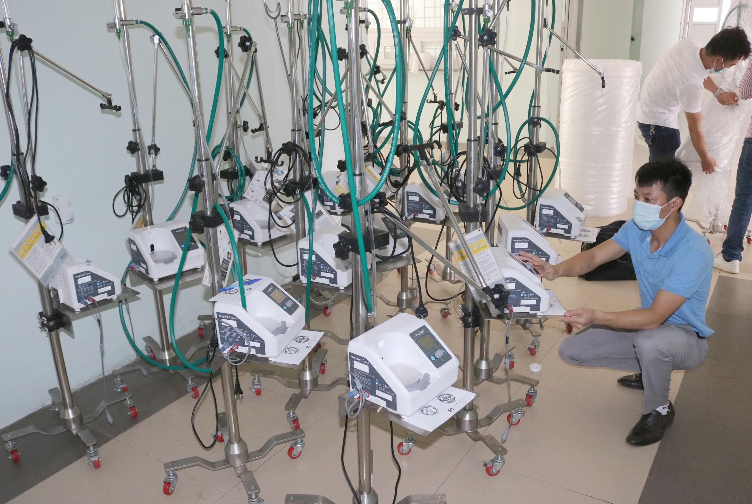 Chuyến tàu đặc biệt chở hàng trăm máy móc, thiết bị y tế chi viện TP.HCM