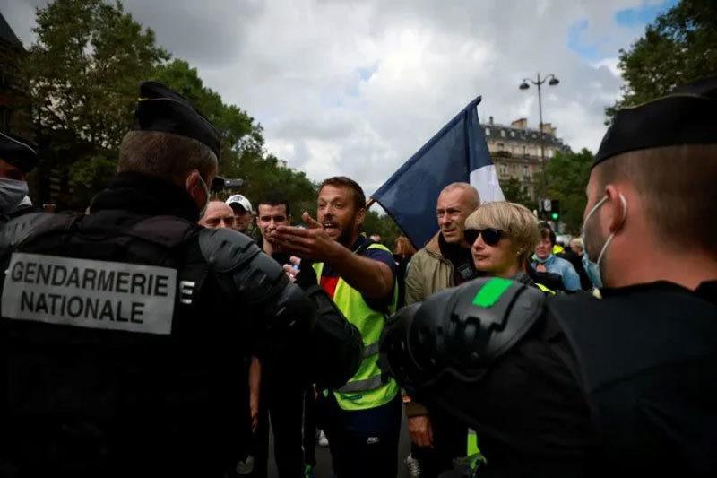 Hàng nghìn người  biểu tình phản đối 'thẻ thông hành Covid-19' ở Pháp