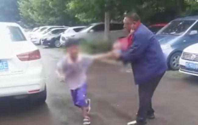 Cha mẹ ly dị, cậu bé gào khóc trên phố khiến nhiều người xót xa