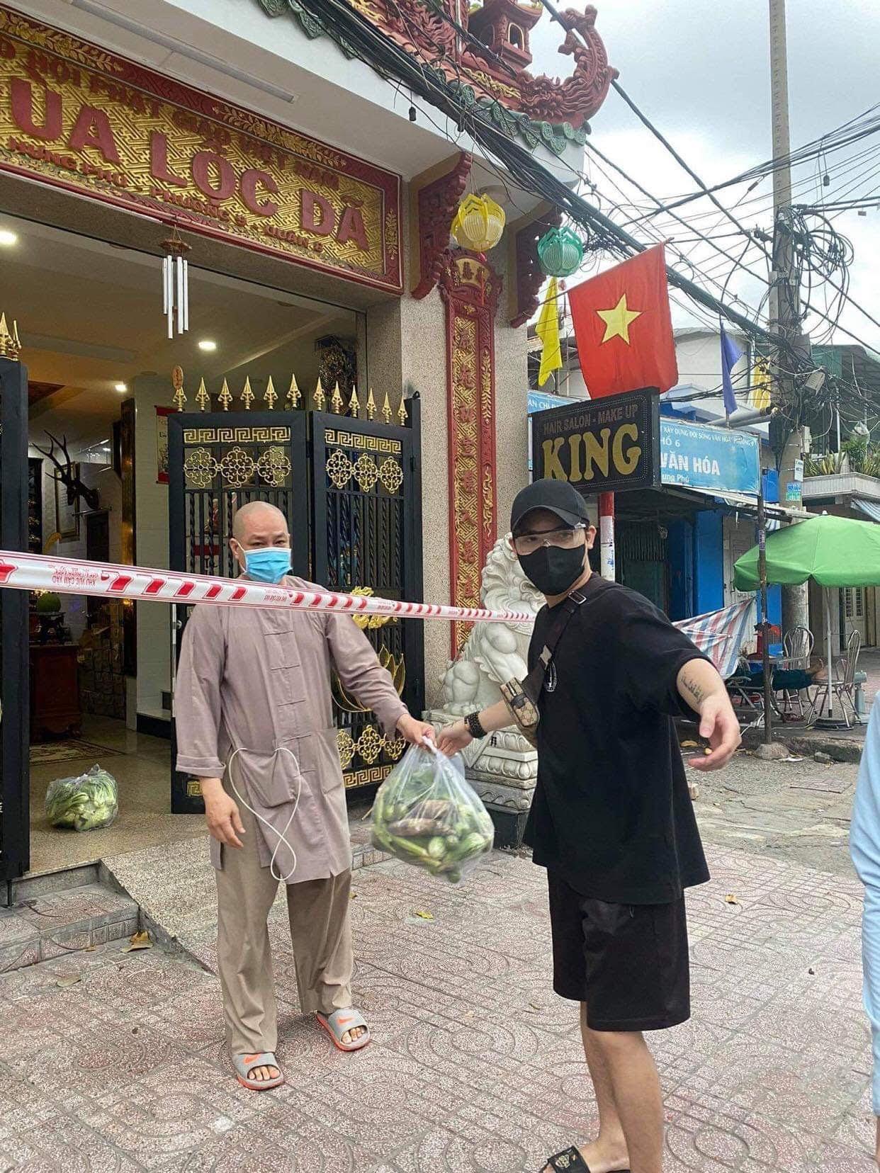 Yan My và nhóm nghệ sĩ mua thực phẩm tặng người dân TP.HCM