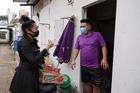 Bà chủ nhà trọ miễn phí tiền phòng, tặng quà cho người nghèo, sinh viên