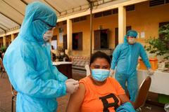 Campuchia tiêm mũi vắc xin Covid-19 thứ 3 cho dân