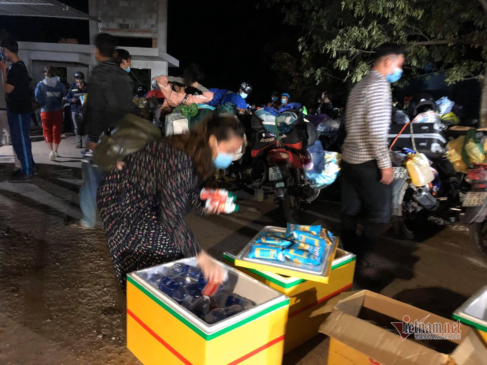 Hàng nghìn người từ các tỉnh phía Nam đang trên đường về quê