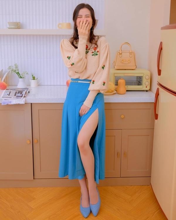 Sao Việt chụp ảnh thời trang bên bồn tắm, bàn bếp mùa giãn cách