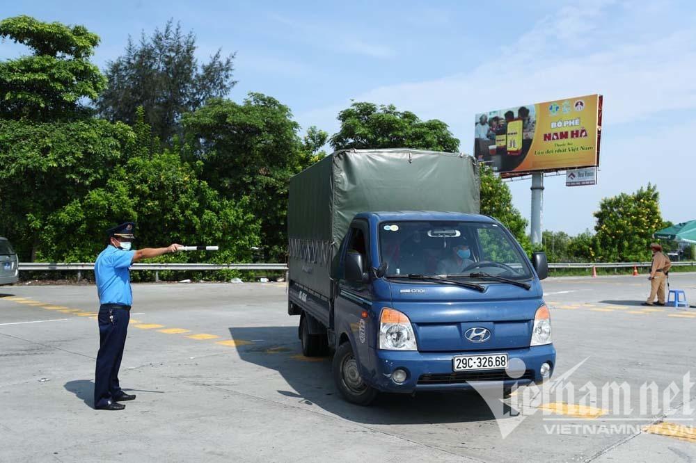 Nhiều tài xế quay đầu tại cửa ngõ sau công điện siết chặt dân rời Thủ đô