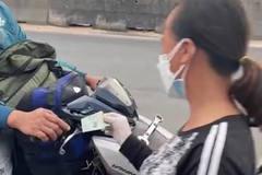 Người phụ nữ đi dép tổ ong phát tiền cho dân về quê: Ngày lãi 15 triệu tôi tặng hết