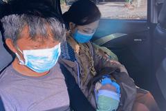 Gia đình bé 10 ngày tuổi về quê tránh dịch được tặng 20 triệu mua xe máy