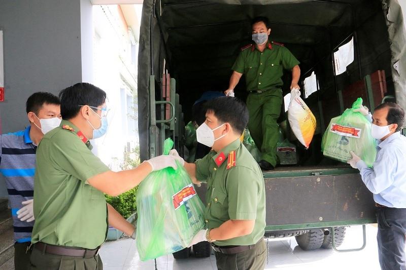 Người nghèo xúc động khi nhận tiền giúp đỡ của Giám đốc Công an tỉnh