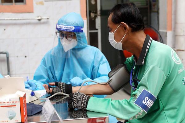 Tiêm vắc xin cho shipper: Bảo vệ huyết mạch cuộc sống