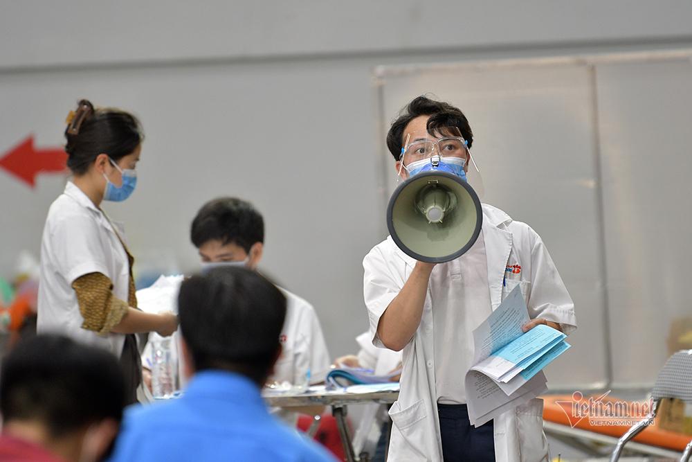 Bên trong 'bệnh viện dã chiến' tiêm vắc xin đầu tiên tại Hà Nội