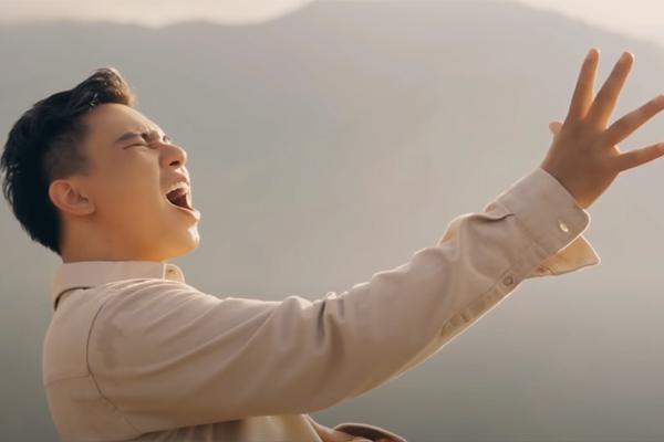 Đông Hùng và vợ trẻ mới sinh đóng MV giữa thiên nhiên hùng vĩ