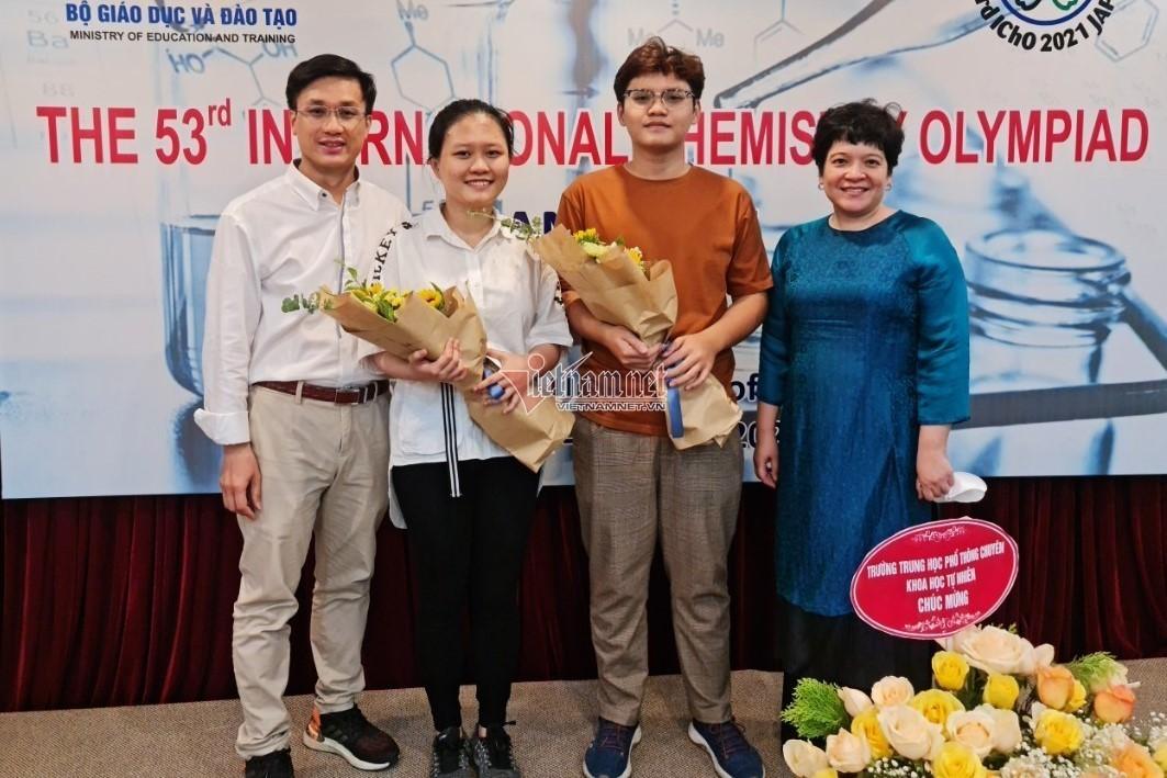 Lớp học có 2 Huy chương Vàng Olympic Hóa quốc tế