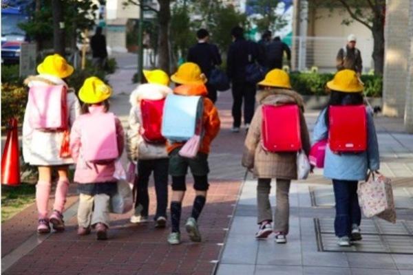Bé trai Nhật tử vong vì bị bỏ quên trên xe buýt trường học