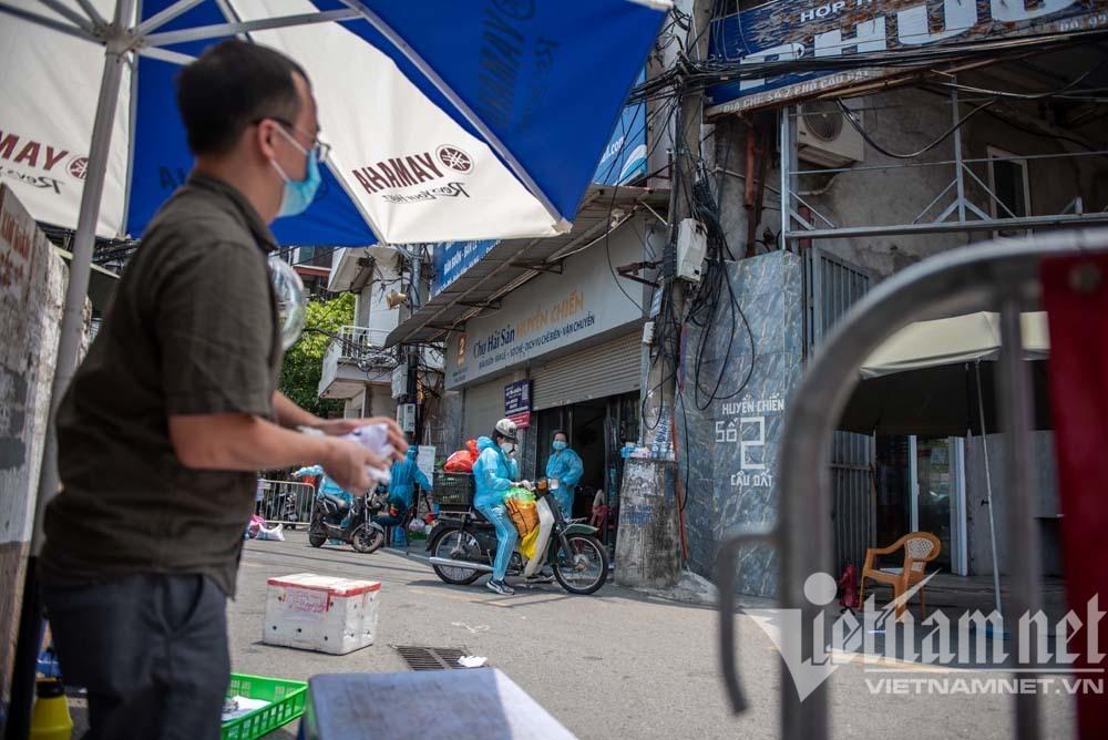 Cảnh tiếp tế lương thực ở phường hơn 20 nghìn dân bị cách ly ở Hà Nội