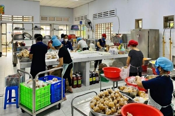 Nhóm chuyên xây cầu lập bếp nấu 4.000 suất cơm mỗi ngày chống dịch