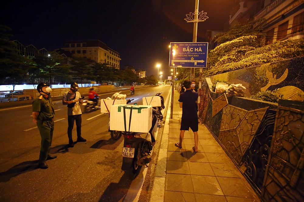 Đưa giò chả vào bán qua rào khu cách ly, 3 người ở Hà Nội bị phạt 6 triệu