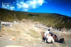 Khoảnh khắc hú hồn khi ô tô chở nhiều người trượt xuống dốc núi