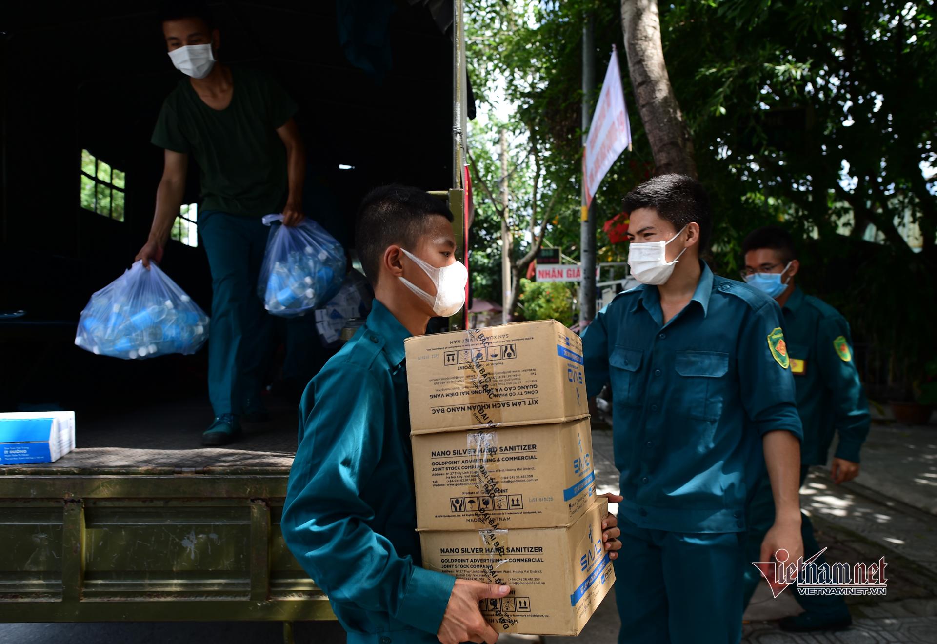 TP.HCM tặng quà cho người nghèo bị ảnh hưởng bởi dịch Covid-19