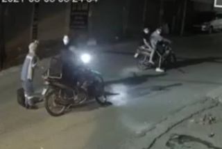 Công an truy lùng nhóm cướp xe máy của nữ lao công ở Hà Nội