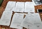 Lái xe ở Đà Nẵng lấy giấy đi đường của công ty về phát cho hàng xóm dùng