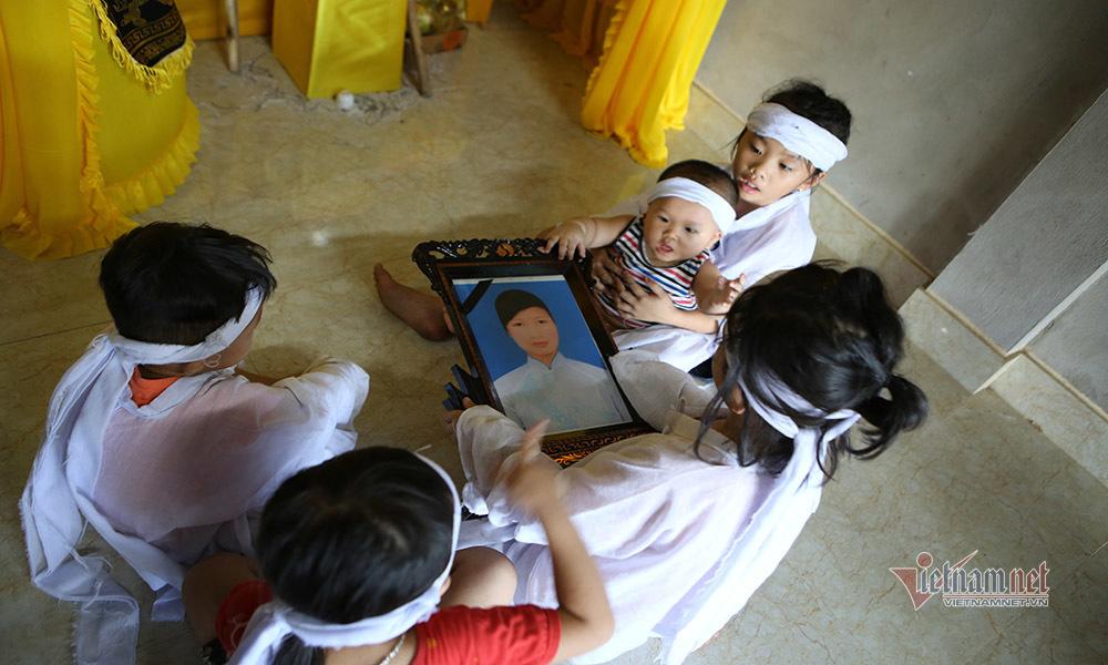 Mẹ mất khi đi phụ hồ, 5 con thơ đau khổ khóc cạn nước mắt