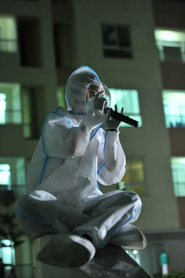 Cẩm Vân, Tóc Tiên lần đầu mặc bảo hộ kín mít hát tặng bệnh nhân F0