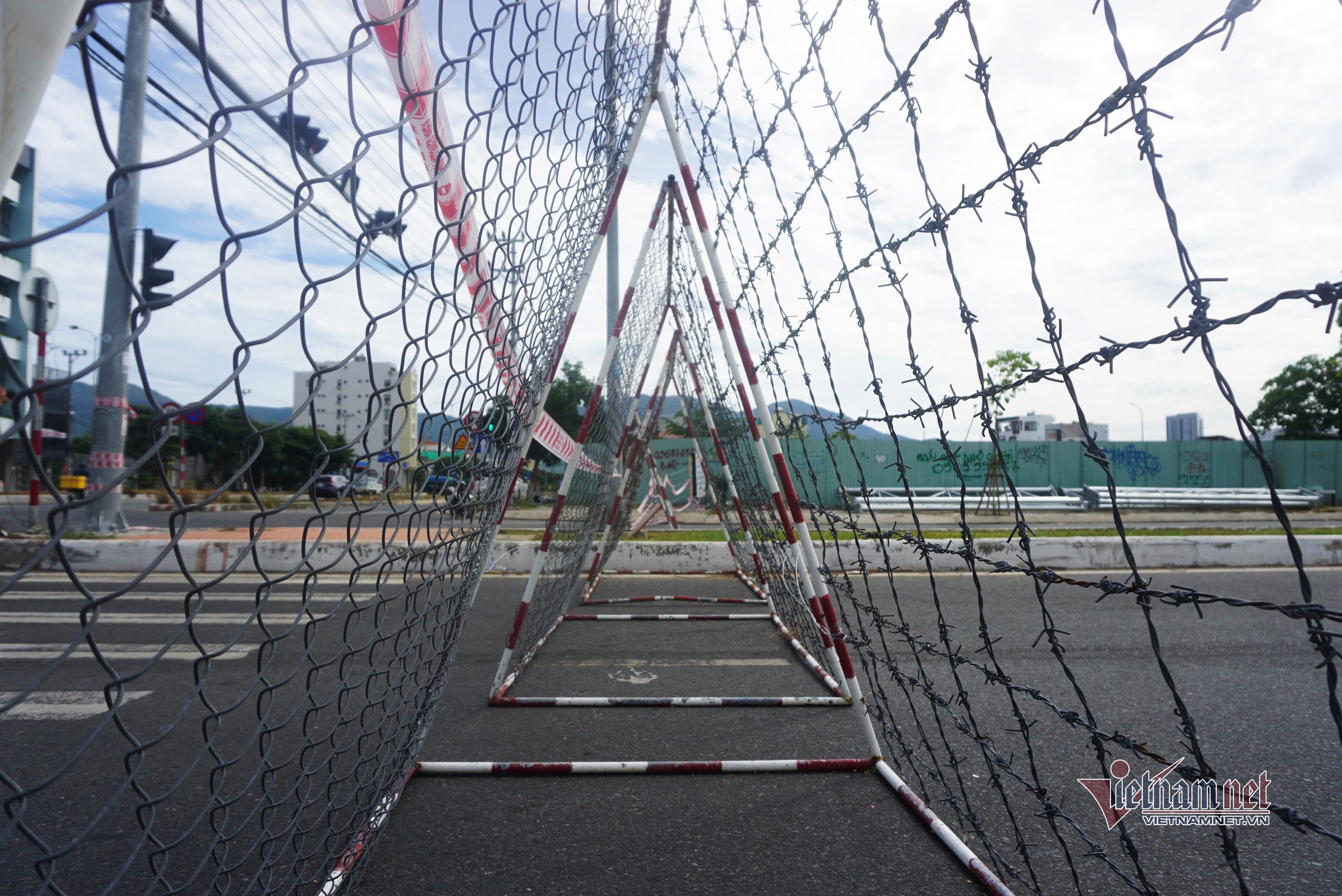 Dựng hàng rào thép gai, dải phân cách bê tông ngăn người vượt khu phong tỏa