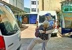 Người lính bế cụ bà F0: 'Má đừng ngại, cứ ôm lấy con'