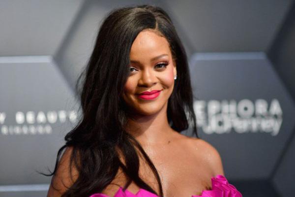 Ca sĩ Rihanna trở thành tỷ phú đô la ở tuổi 33