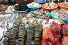 Hà Nội: Hải sản dành cho nhà giàu giảm giá kỷ lục vẫn ế ẩm