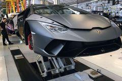 """Lamborghini tuyên bố không ngại khi """"đối đầu"""" với Ferrari"""