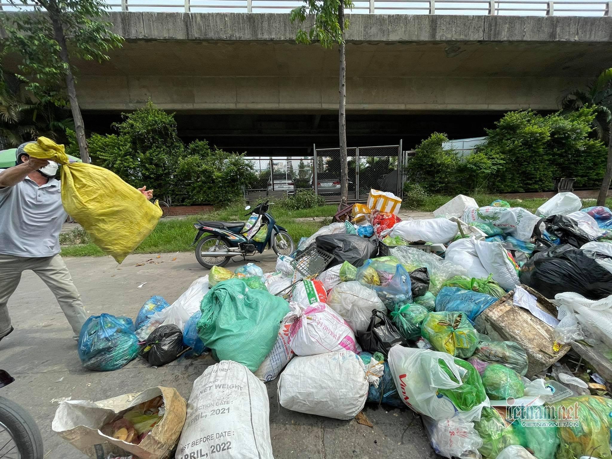 Rác chất đống ở nhiều khu vực phố biển Hạ Long