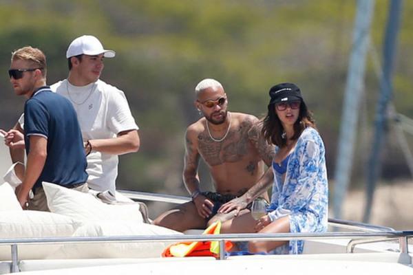 Neymar dính tin đồn tình ái mới