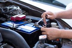 Ô tô lâu không đi, có nên tháo cọc ắc-quy để tránh hết điện?