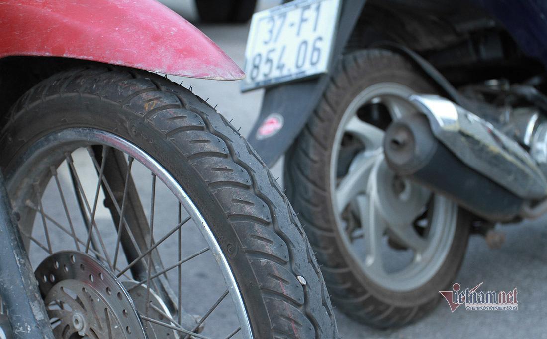 Lặng lẽ bỏ hàng trăm triệu biếu người đi xe máy về quê