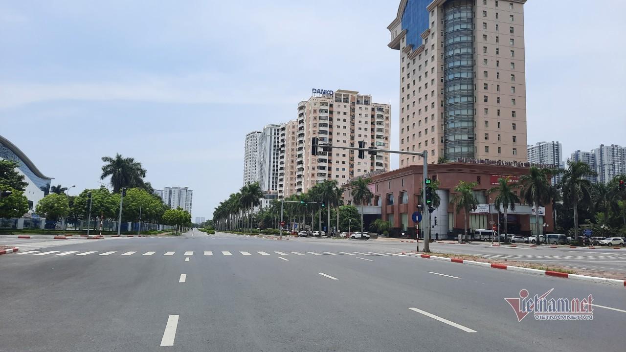 Đường phố Hà Nội vắng ngắt giữa trưa ngày giãn cách nắng 39 độ